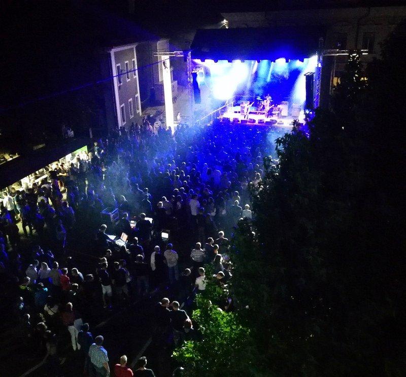 1200 obiskovalcev na Trgu svobode v Črnomlju pozdravilo začetek festivala